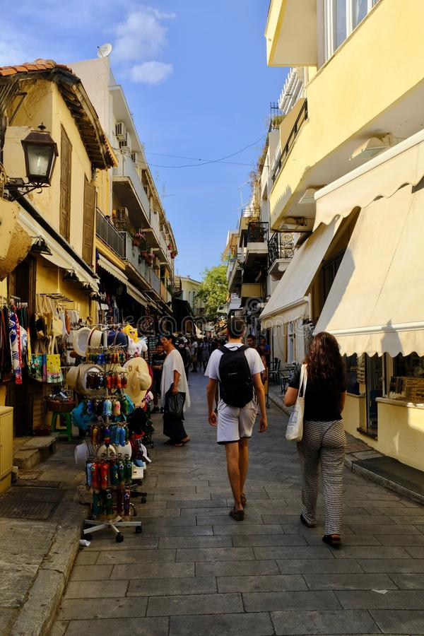 Besucher, die im Plaka, Athen kaufen stockfoto