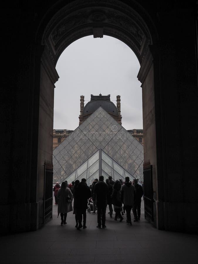 Besucher am Eingang zum Louvremuseum Im Hintergrund stockfotos