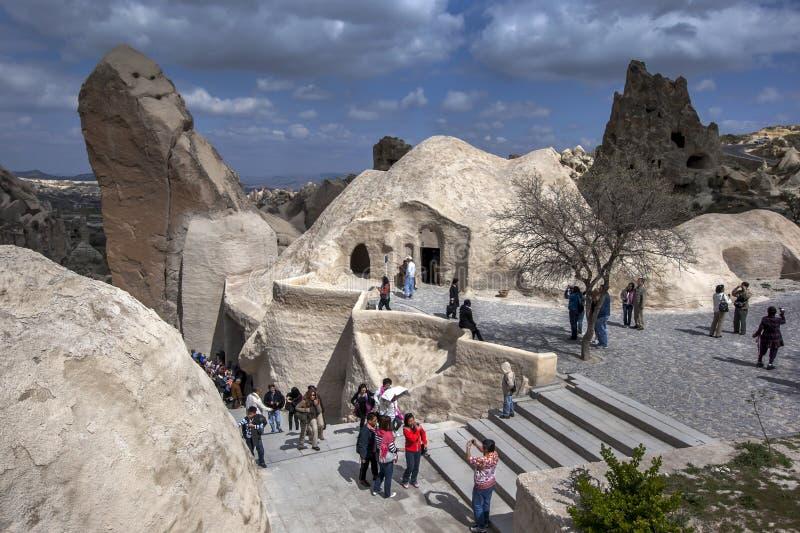 Besucher am Freilicht-Museum nahe Goreme in der Cappadocia-Region von der Türkei lizenzfreies stockfoto