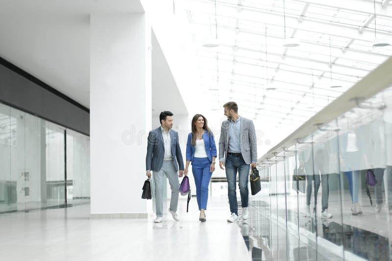 Besucher gehen in die Lobby des Geschäftszentrums stockfotos