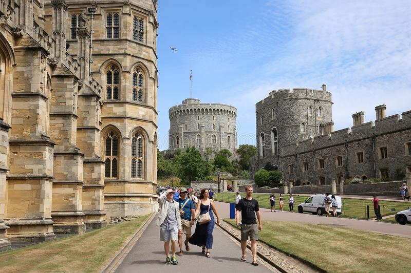 Besucher gehen nahe bei St- George` s Kapelle in Windsor Castle, Großbritannien stockfotos