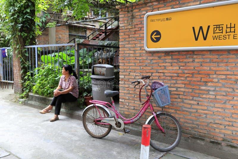 Besucher hat einen Rest im redtory kreativen Garten, Guangzhou, Porzellan lizenzfreie stockfotos