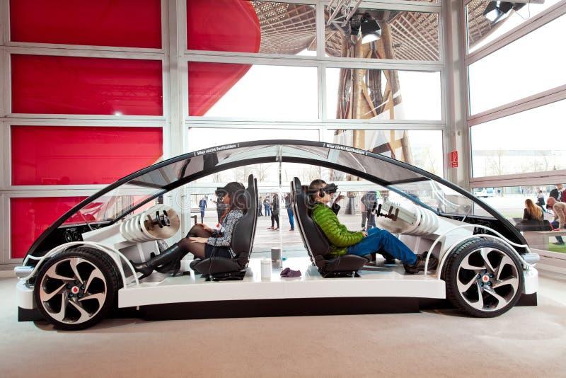 Besucher im virtuellen Glaskopfhörer, der Kommunikationssysteme Vodafones 5G-based auf Fahrzeuge auf Ausstellung CeBIT prüft lizenzfreies stockfoto