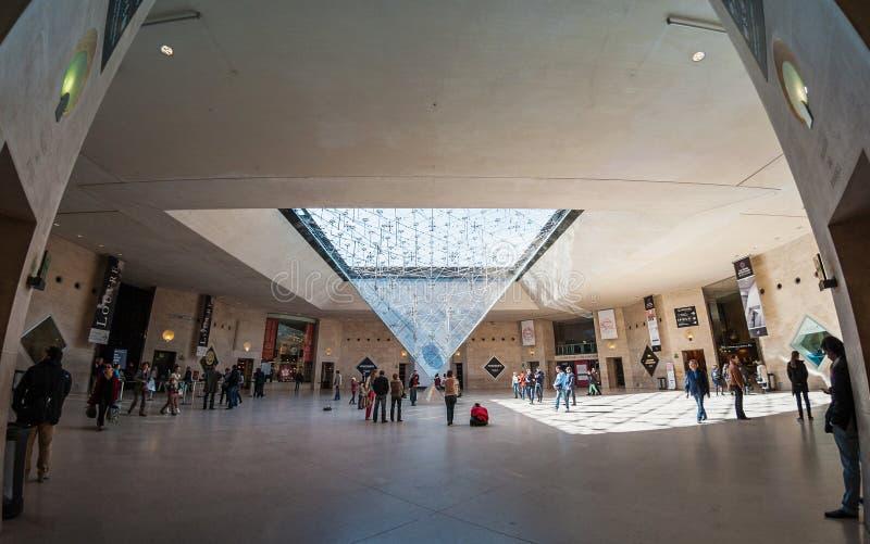 Besucher innerhalb des Louvre-Museums (Musee du Louvre) lizenzfreie stockfotos