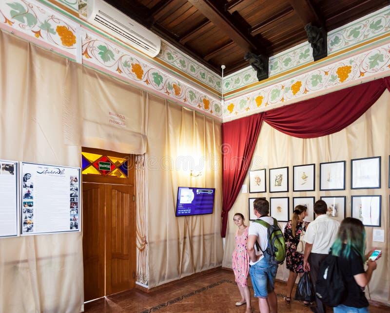 Besucher innerhalb des Schwalben-Nest-Schlosses in Krim lizenzfreie stockbilder