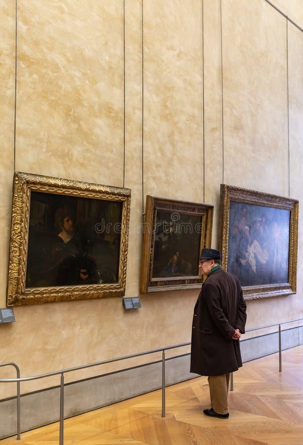 Besucher am Louvre-Museum lizenzfreies stockfoto