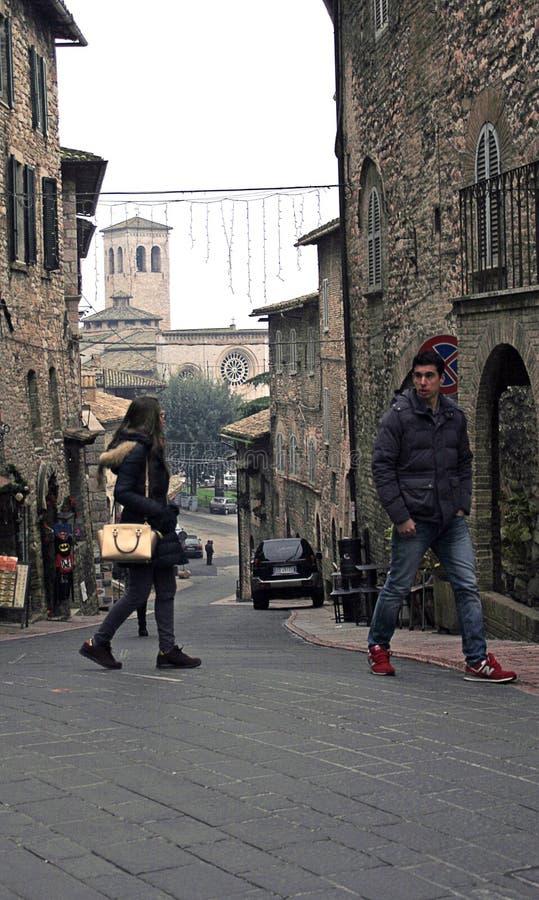 Besucher nach Assisi gehen die steilen Straßen stockfotos