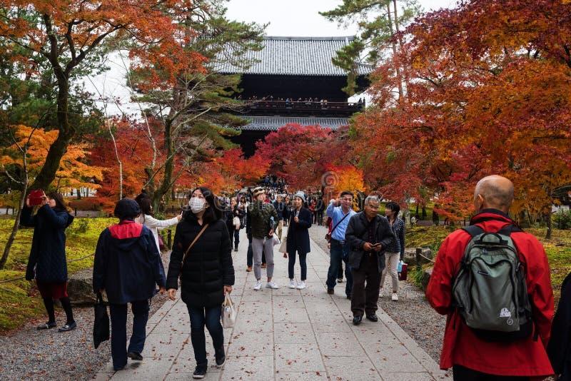 Besucher an Nanzen-jitempel, Kyoto lizenzfreie stockbilder