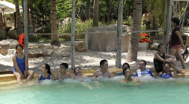 Besucher nehmen ein Mineralwasserbad an I - Erholungsort, Nha Trang, Vietnam lizenzfreies stockfoto