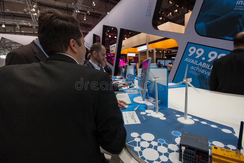 Besucher sehen Stand von Firma Software AG bei CeBIT lizenzfreies stockbild