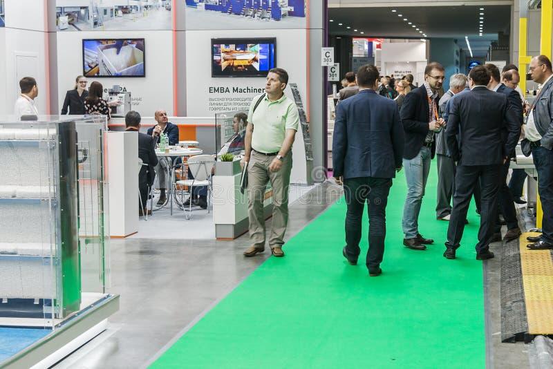 Besucher und Aussteller, welche die Stände und die Ausstellungen an besuchen stockfoto