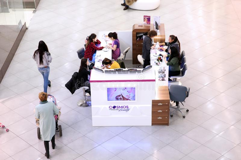 Besucher verwenden den Service der Eilmaniküre im Einkaufscen stockfotos