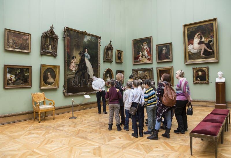 Besucher zur Halle des berühmten russischen Malers Karl Bryullov in der Tretjakow-Galerie, Moskau lizenzfreie stockfotografie