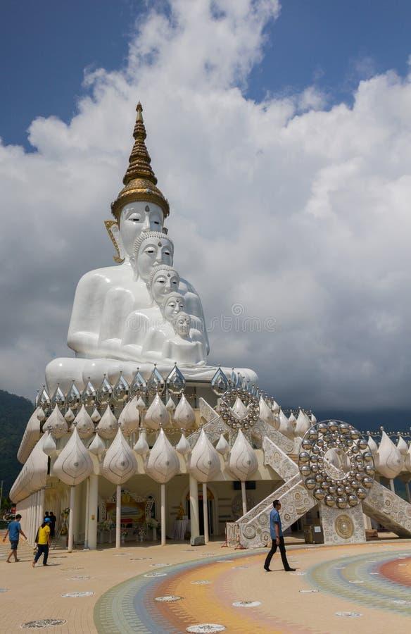 Besuchsfünf buddhas Statue bei Wat Phra Thad Pha Son Kaew lizenzfreie stockfotografie