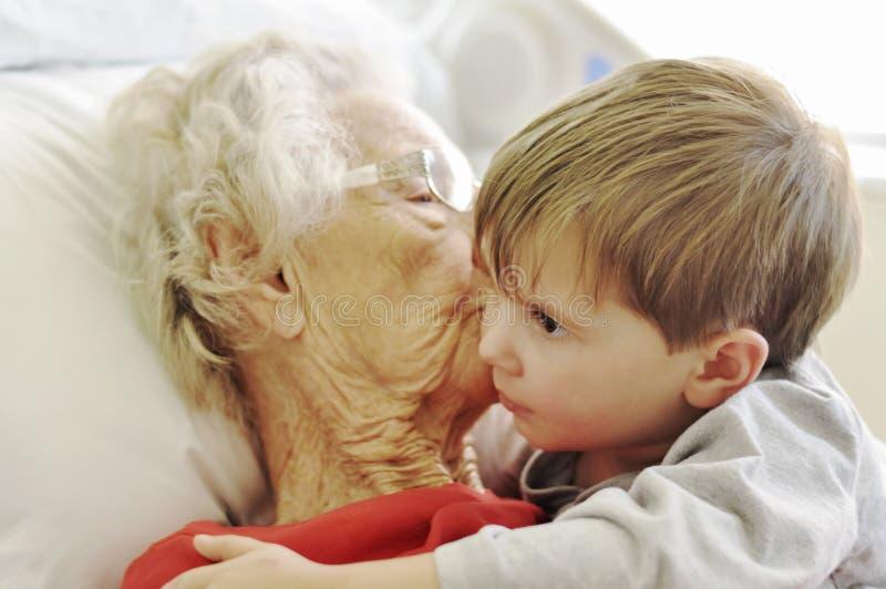 Besuchsgroßmutter im Krankenhaus lizenzfreies stockfoto