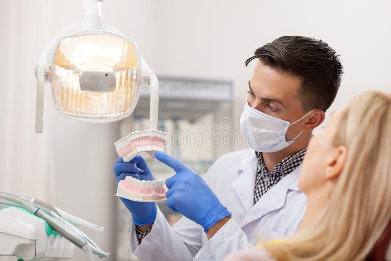Besuchszahnarzt der reifen Frau an der Klinik lizenzfreie stockfotografie
