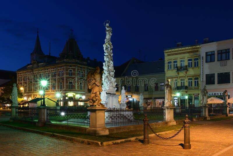 Besvära kolonnen på den huvudsakliga gatan i KoÅ ¡ is på natten royaltyfri foto
