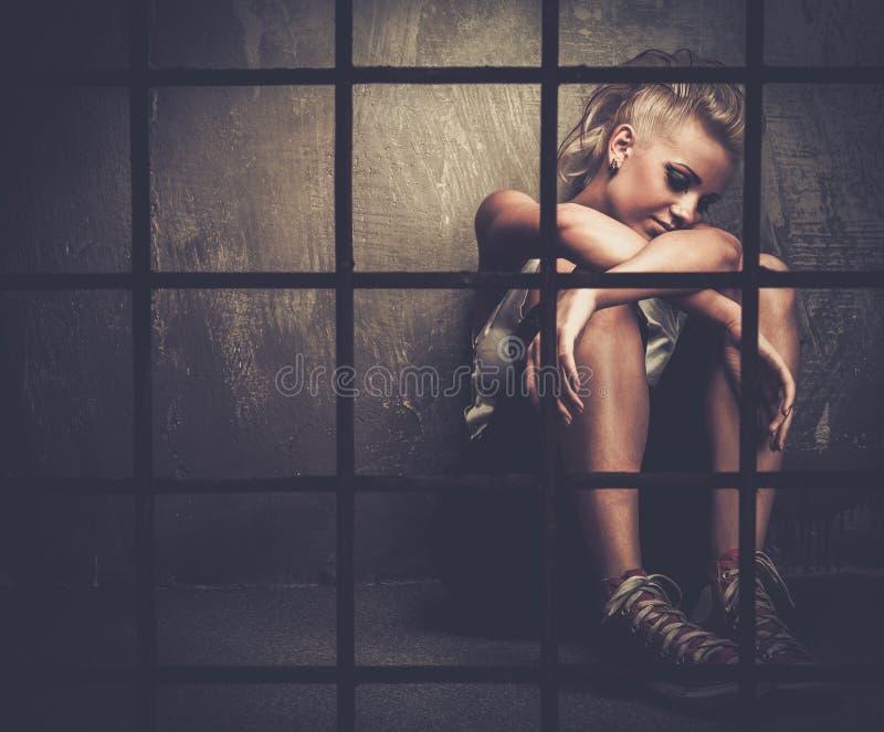 Besvärad tonåring i cell arkivfoto