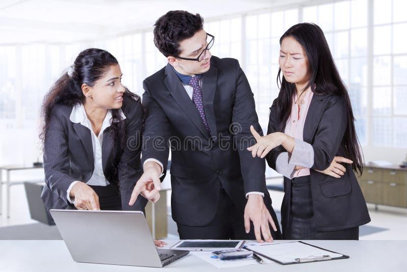 Besvärat affärsfolk i kontoret royaltyfria foton