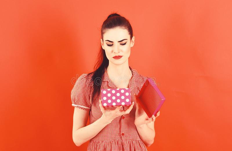 Besvikelse närvarande bad, födelsedag, kvinnas dag, jul som shoppar begrepp Flickan med den ledsna framsidan, utgör och rosa färg arkivbild