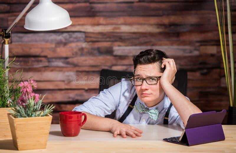 Besviken affärskvinna på skrivbordet royaltyfri fotografi