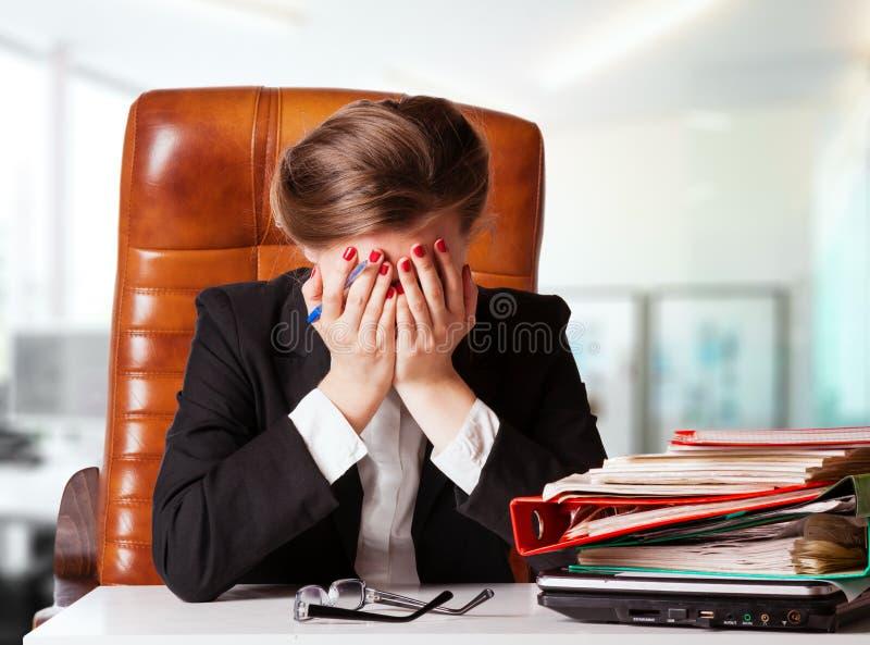 Besviken affärskvinna som i regeringsställning sitter royaltyfri foto