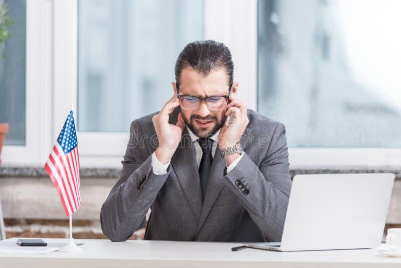 besviken affärsman som sitter på kontorsskrivbordet arkivfoton