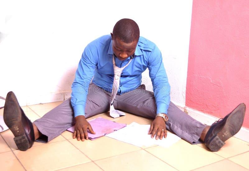 Besviken afrikansk anställd royaltyfria foton