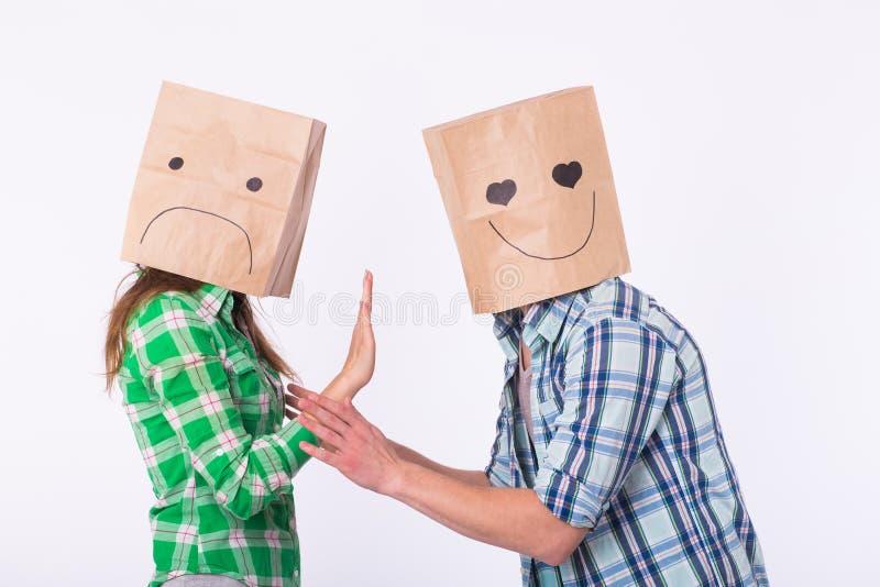 Besviken kvinna med påsar över huvud som kasserar hennes pojkvän fotografering för bildbyråer