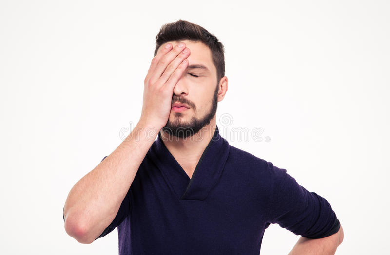 Besviken stressad skäggig ung man med stängda ögon arkivbild