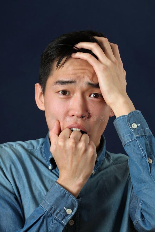 Besviken ung asiatisk man arkivfoton