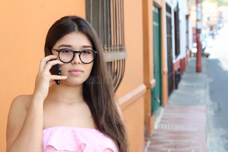 Besviken ung kvinna på telefonen arkivbild