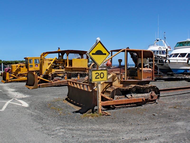 Besynnerlig nyazeeländsk väg av att dra fartyg ut ur vattnet Denna är till salu royaltyfria foton