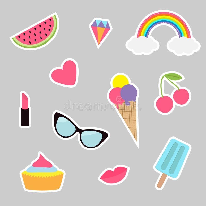 Besynnerlig uppsättning för tecknad filmklistermärkelapp Emblem för sommartid Modestiftsamling Läppstift hjärta, regnbåge, moln,  stock illustrationer