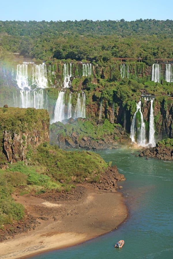 Betäubungs-Ansicht von Brazillian-Seite die Iguaçu-Wasserfälle mit Regenbogen-und Iguazu-Fluss-Kreuzfahrt-Boot, Foz tun Iguacu, B stockfotografie