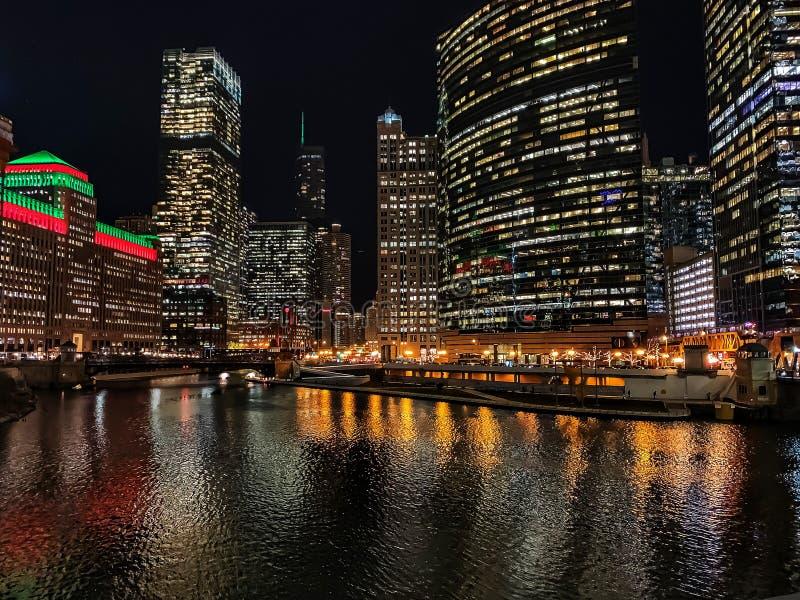 Betäubungsansicht von Chicago-Stadtbild mit Feiertag/von Weihnachtsfarben belichtet über dem Wasser lizenzfreie stockfotos