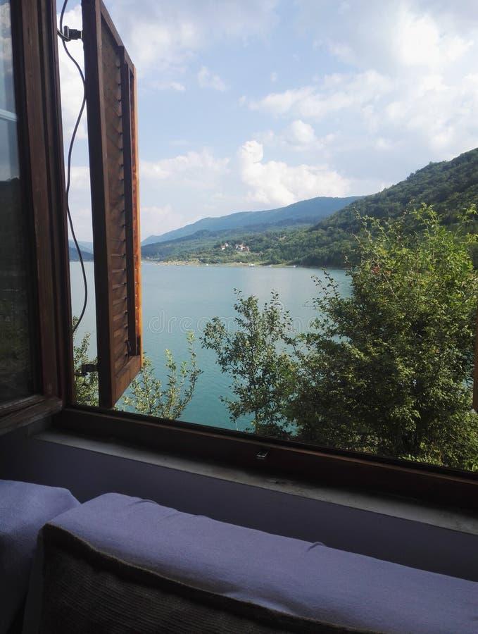 Betäubungsansicht zum Zavoj See durch Fenster stockfotografie