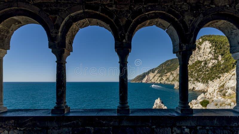 Betäubungsansichten des Meeres durch die externe Kolonnade der Kirche von San Pietro in Portovenere, Ligurien, Italien lizenzfreie stockfotos