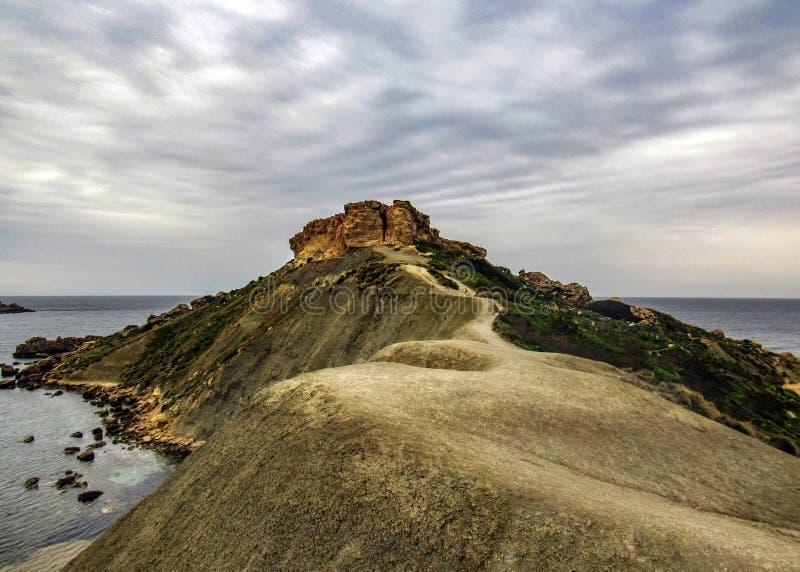 Betäubungslandschaft der maltesischen Natur Qarraba zwischen Gnejna-Bucht- und Ghajn-tuffiehabucht Riviera, Ta Lippija, Mgarr, Ma stockfotos