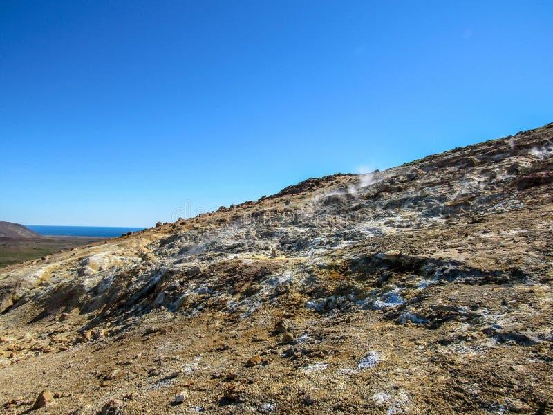 Betäubungslandschaft des Dämpfens des Bodens in KrÃ-½ suvÃk, Seltun am guten sonnigen Tag mit blauem Himmel, Reykjanes-Halbinsel, stockfoto