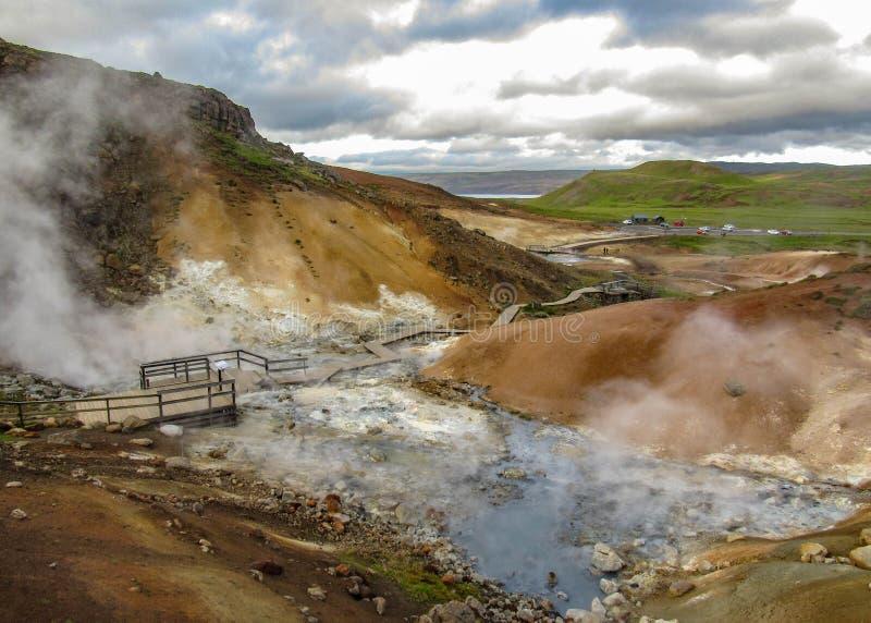 Betäubungslandschaft des Dämpfens des Bodens in KrÃ-½ suvÃk, Seltun am guten sonnigen Tag mit blauem Himmel, Reykjanes-Halbinsel, stockfotografie