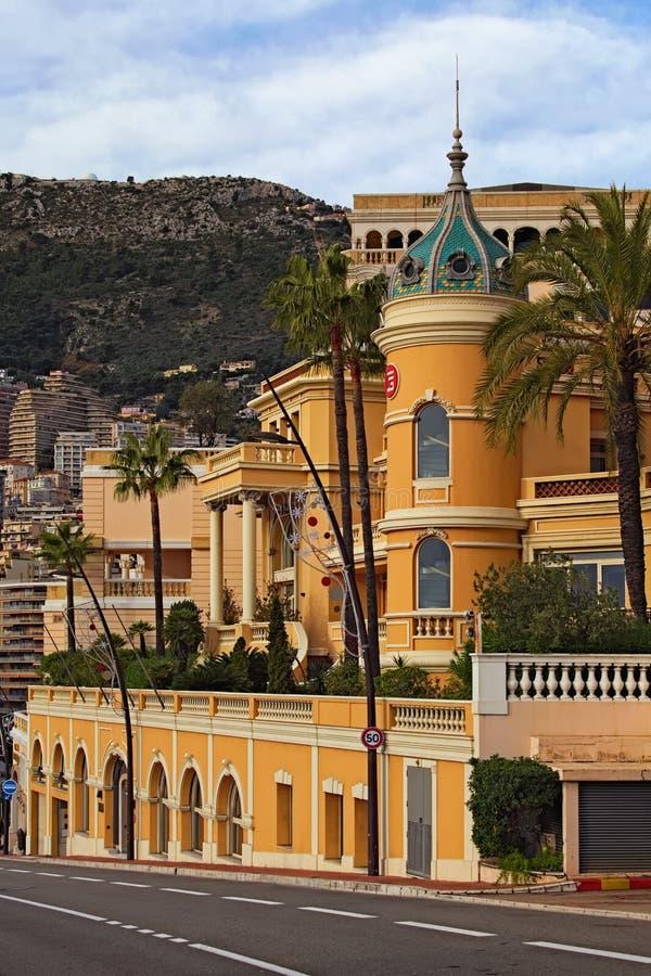 Betäubungslandschaftsansicht des gelben Gebäudes mit kleinem Garten in Monaco Reisen- und Tourismuskonzept stockbilder