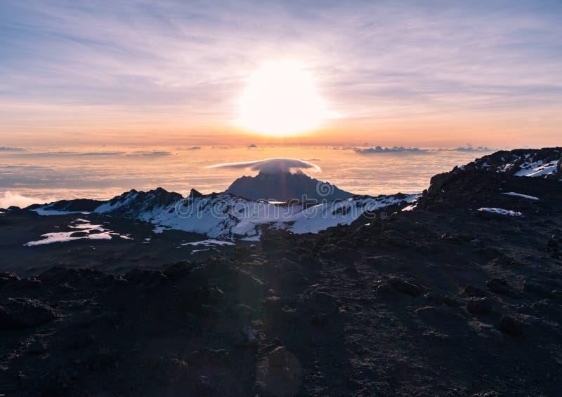 Betäubungssonnenaufgangansicht von Mawenzi-Spitze über dem Krater am Gipfel von Kilimanjaro genommen von Uhuru-Spitze lizenzfreie stockfotos