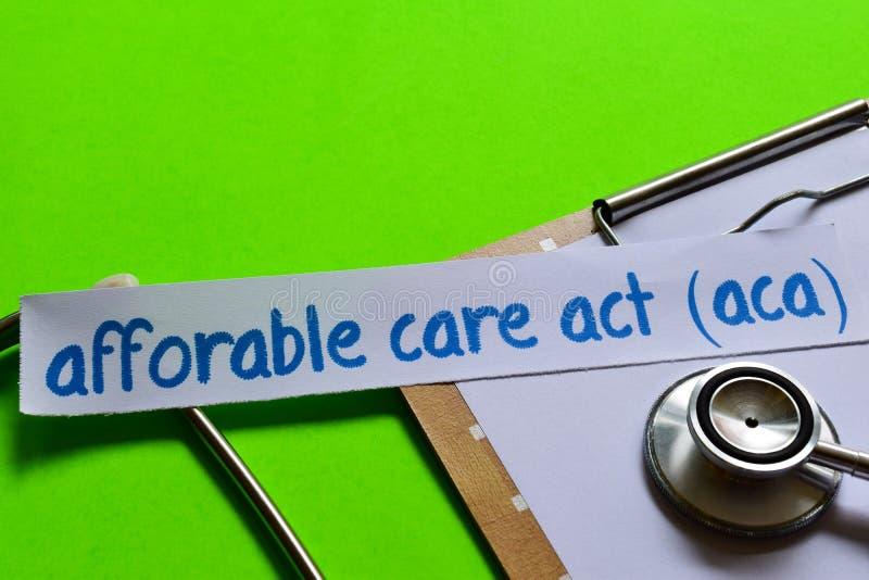 Betaalbare zorghandeling ACA op Gezondheidszorgconcept met groene achtergrond stock afbeeldingen