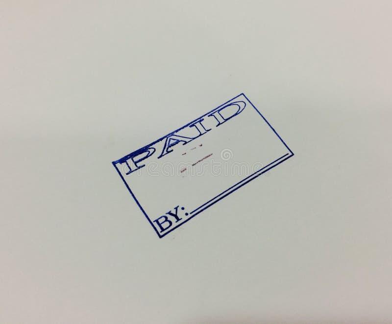 Betaald contant geld rubberzegel op wit stock foto
