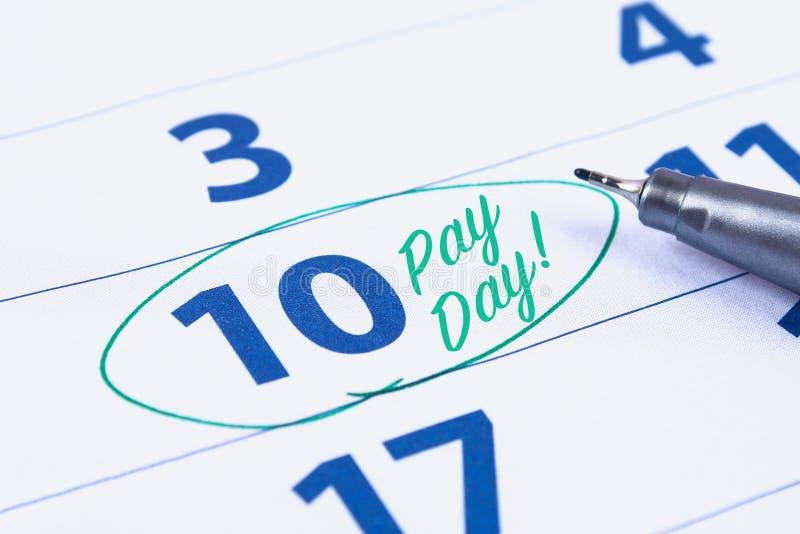 Betaaldagconcept Zaken, financiën, besparingengeld Kalender met tellerscirkel in woordbetaaldag stock afbeeldingen