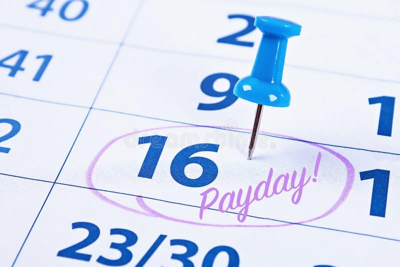 Betaaldagconcept Zaken, financiën, besparingengeld Kalender met tellerscirkel in woordbetaaldag stock foto's