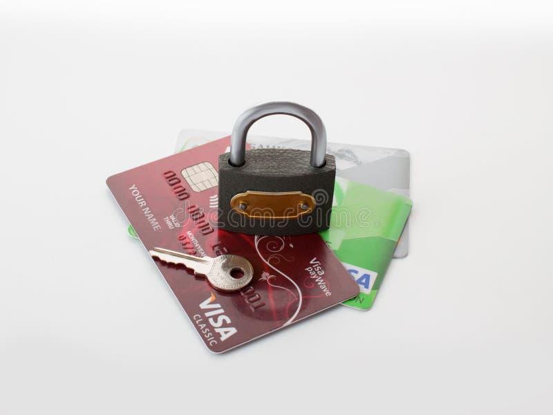 Betaalpassen en zeer belangrijk slot, conceptueel idee: bescherming en opslag van geld stock fotografie