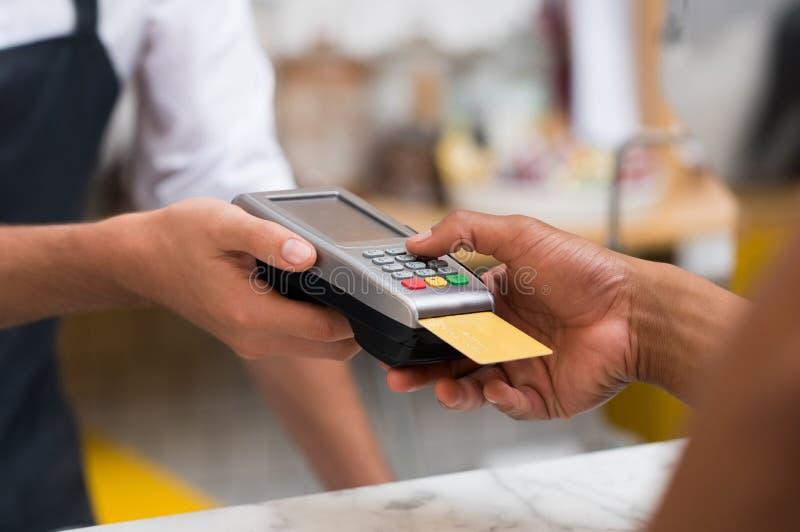 Betala av kreditkortavläsaren royaltyfria foton