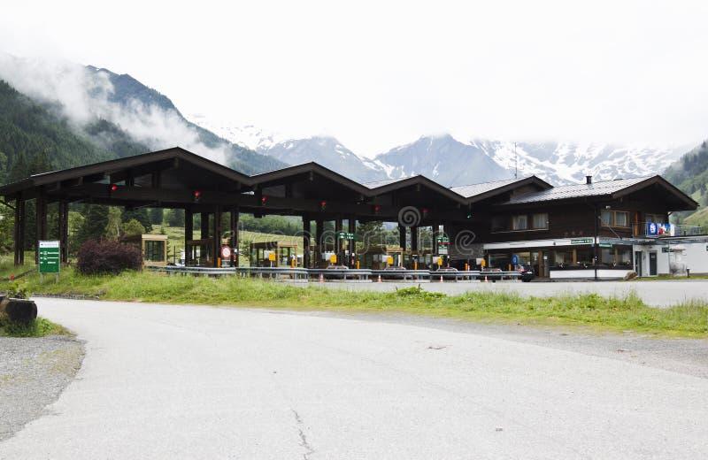 Betala avgiften i highmountains, Tyrol, Österrike royaltyfri fotografi
